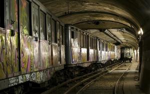 Tunel-abandonado-con-vagones-en-el-metro-de-Paris
